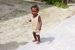 Неопознанный азиатский младенец плача на улице местной деревни стоковые фото