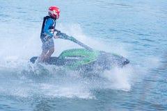 Неопознанный гонщик водных лыж на путешествии #3 водных лыж pro, Udonthani, Таиланде - 25-ое мая 2019: Всадник водных лыж молодог стоковые фотографии rf