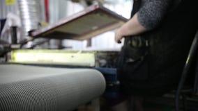 Неопознанный запачканный работник женщины дома печати сток-видео