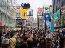 Неопознанный магазин людей на торговом центре Shinsaibashi Стоковые Фотографии RF