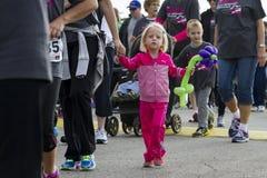 Неопознанный маленький ребенок в толпе Стоковое Изображение