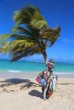 Неопознанный поставщик пляжа на пляже Bavaro в Punta Cana Стоковые Фотографии RF
