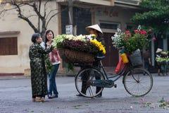 Неопознанный поставщик цветка на рынке цветка малом Стоковая Фотография