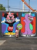 Неопознанный ребенок в фронте искусства настенной росписи на новых стенах искусства кролика привлекательности искусства улицы Стоковые Фотографии RF