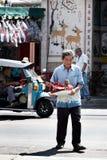 Неопознанный старший человек идя через улицу к предлагая святыне Чёрного моря Стоковое фото RF