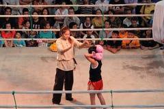 Неопознанный тайский отсчет рефери бокса вниз к девушке бокса стоковые фотографии rf