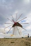 Неопознанный турист посещает ветрянки на острове Mykonos, Греции Стоковая Фотография