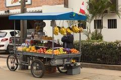 Неопознанный уличный торговец продавая плодоовощи от тележки Стоковое фото RF