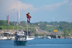Неопознанный финский пловец спасения службы береговой охраны падает вниз к Балтийскому морю Стоковое Изображение RF