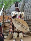 Неопознанный человек одел в одежде ратника Зулуса на Shakaland стоковые фотографии rf