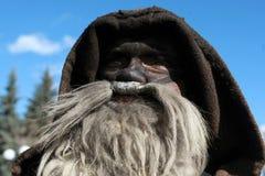 Неопознанный человек в традиционном костюме Kukeri увиден на фестивале игр Kukerlandia Masquerade в Yambol, Болгарии Стоковые Изображения