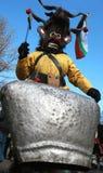 Неопознанный человек в традиционном костюме Kukeri увиден на фестивале игр Kukerlandia Masquerade в Yambol, Болгарии Стоковая Фотография