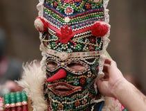 Неопознанный человек в традиционном костюме Kukeri увиден на фестивале игр Kukerlandia Masquerade в Yambol, Болгарии Стоковые Изображения RF