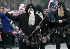 Неопознанный человек в традиционном костюме Kukeri увиден на фестивале игр Kukerlandia Masquerade в Yambol, Болгарии Стоковое Изображение