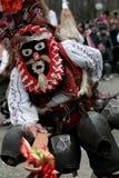 Неопознанный человек в традиционном костюме Kukeri увиден на фестивале игр Kukerlandia Masquerade в Yambol, Болгарии Стоковое Фото