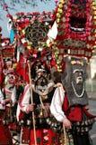 Неопознанный человек в традиционном костюме Kukeri увиден на фестивале игр Kukerlandia Masquerade в Yambol, Болгарии Стоковые Фотографии RF