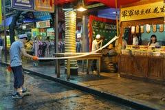 Неопознанный человек делая handmade макаронные изделия в продовольственном магазине Стоковое Изображение
