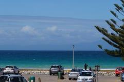 Неопознанный человек принимая фотоснимок красивого моря на кудель накидки Стоковая Фотография RF