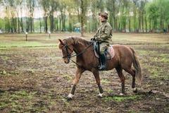 Неопознанный re-enactor женщины одетый как советская езда солдата дальше Стоковое Фото