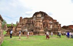 Неопознанным статуи Будды людей поврежденные посещением Стоковые Изображения RF