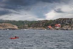 2 неопознанных люд сплавляться в океане в побережье Швеции Стоковое фото RF