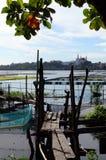 Неопрятный, выдержите поврежденные вопросы защиты окружающей среды пешеходного моста озера которые разрушают озеро стоковые фото