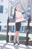 Неофициальная бизнес-леди стоя внешний Портрет с классическими старыми зданиями города как предпосылка Стоковая Фотография