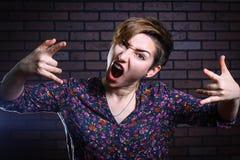 Неофициальная красивая девушка кричащая Стоковое Изображение