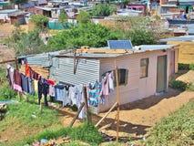 Неофициальное поселение в Южной Африке с панелями солнечных батарей стоковое фото