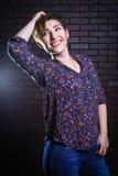 Неофициальный красивый представлять женщины Стоковая Фотография RF