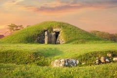 Неолитическая насыпь захоронения в Уэльсе на заходе солнца Стоковое Изображение RF