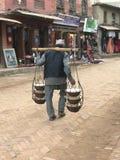 Непалец укомплектовывает личным составом традиционный творог нося Стоковая Фотография