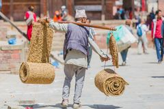 Непальский уличный торговец при ремесленничество сделанное из соломы в Kathmand стоковые изображения