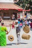 Непальский уличный торговец при ремесленничество сделанное из соломы в Kathmand стоковые фотографии rf