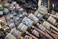 Непальские колеса молитве на рынке сувенира в Катманду, Nepa Стоковая Фотография RF