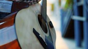 Непознаваемая девушка рук в музыканте улицы рубашки играя гитару на заходе солнца сток-видео