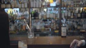 Непознаваемая женщина брюнета и белокурый бородатый человек сидя на конце счетчика бара вверх Концепция образа жизни ночи видеоматериал