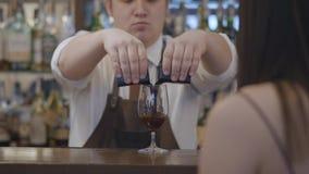 Непознаваемая женщина брюнета сидя на счетчике бара Пухлый бармен лить 2 части эспрессо в акции видеоматериалы