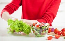 Непознаваемая женщина варя салат стоковые изображения