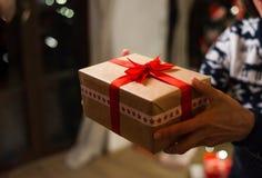 Непознаваемая женщина держа подарок на времени рождества Стоковые Фото