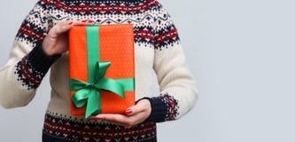 Непознаваемая женщина держа подарок рождества Стоковое Изображение