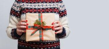Непознаваемая женщина держа подарок рождества Стоковая Фотография