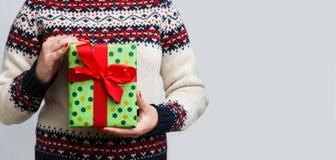 Непознаваемая женщина держа подарок рождества Стоковые Фото
