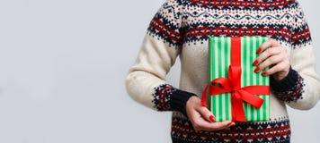 Непознаваемая женщина держа подарок рождества Стоковые Изображения RF