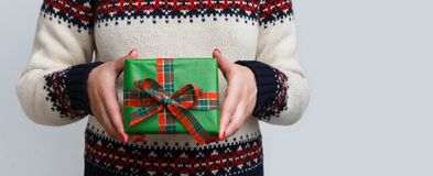 Непознаваемая женщина держа подарок рождества Стоковая Фотография RF