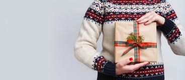 Непознаваемая женщина держа подарок рождества Стоковое Фото