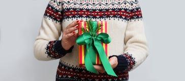 Непознаваемая женщина держа подарок рождества Стоковое фото RF