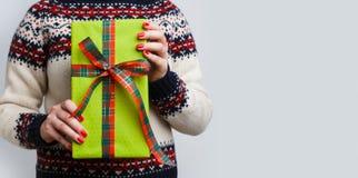 Непознаваемая женщина держа подарок рождества Стоковые Фотографии RF