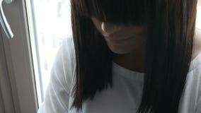 Непознаваемая женщина на окне видеоматериал