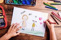 Непознаваемое изображение чертежа девушки ее и ее матери Стоковая Фотография RF